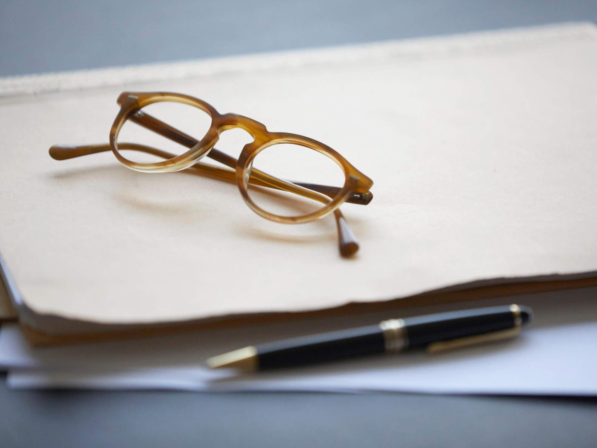 Mandantenakte mit Lesebrille - Rechtsanwältin für einvernehmliche Scheidungen