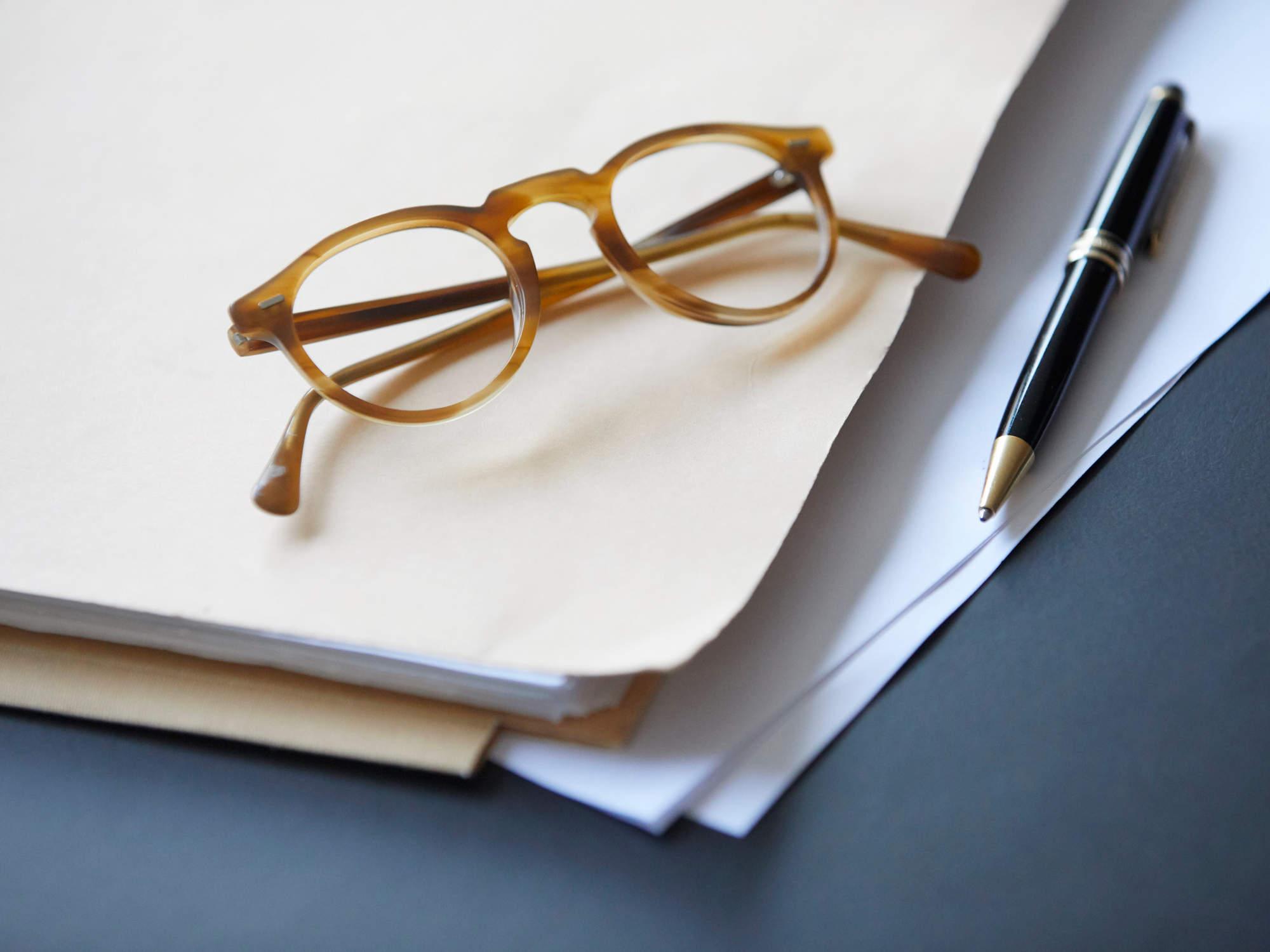 Aktenmappe auf dem Schreibtisch - Online Scheidung bei Scheidungsanwältin Alicia von Rosenberg